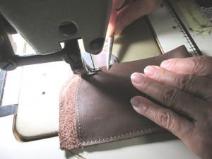 革のケースを作っているところです。